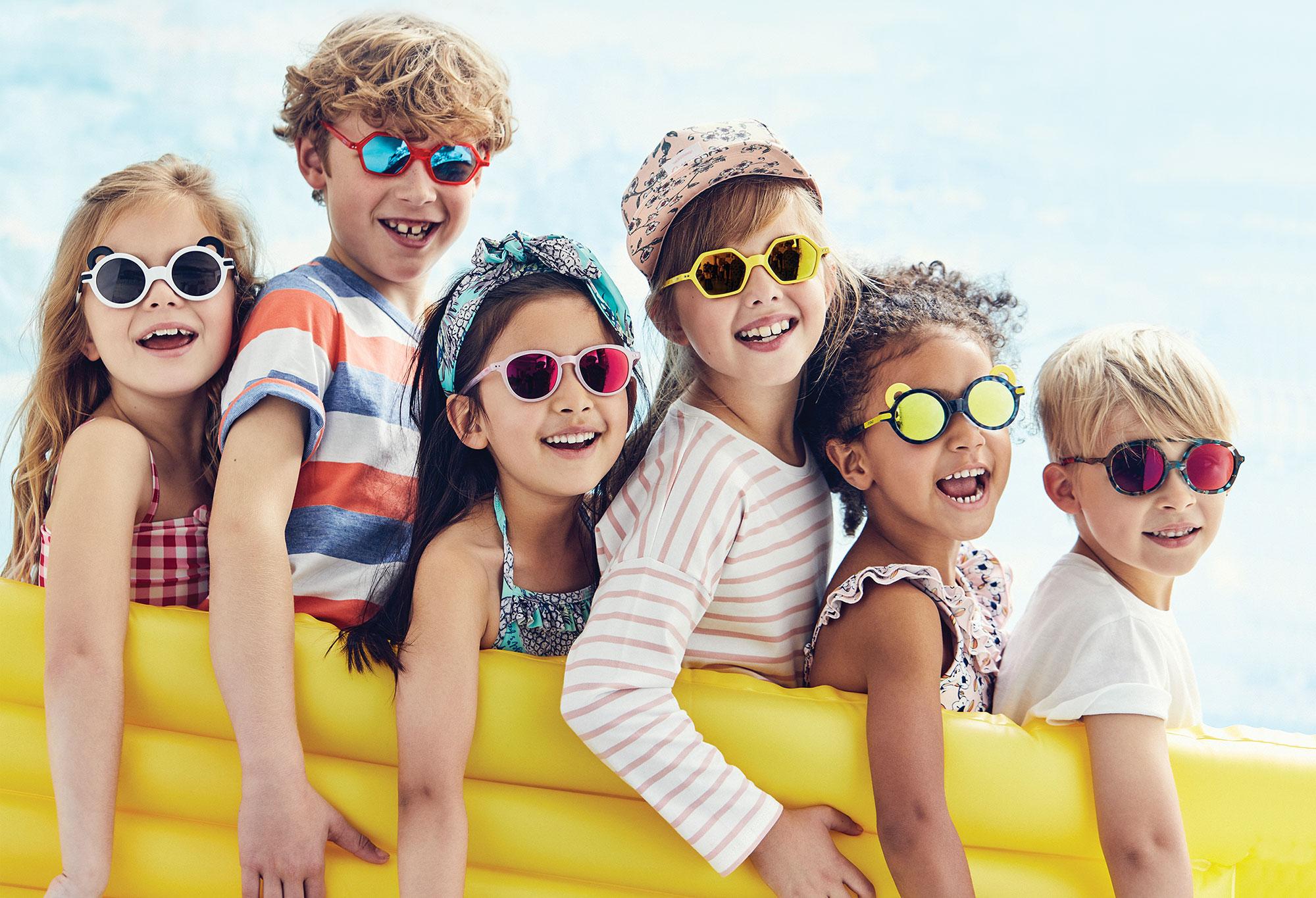 """Sú """"detské slnečné okuliare"""" iba módou alebo deti naozaj potrebujúslnečné okuliare?"""